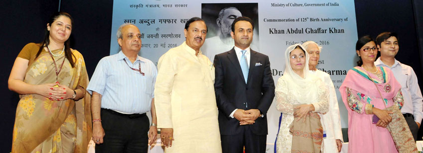 The Minister of State for Culture & Tourism (I/C) and Civil Aviation, Dr. Mahesh Sharma with relatives of Khan Abdul Ghaffar Khan at a function to commemorate his 125th Birth Anniversary, organised by the Ministry of Culture, in New Delhi on May 20, 2016.